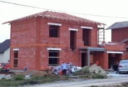 Двухэтажный кирпичный коттедж